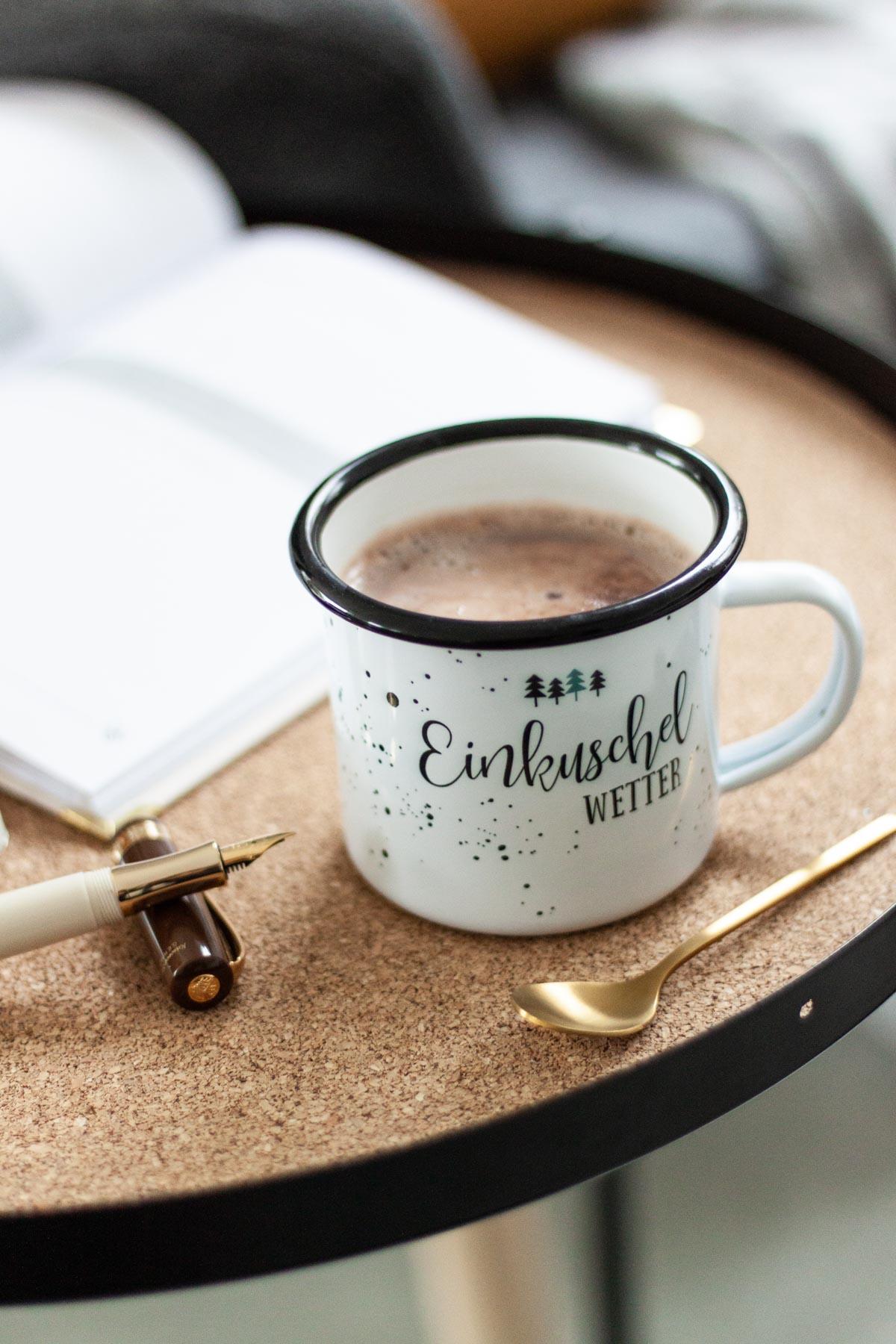 Bio heiße Schokolade in Emailletasse