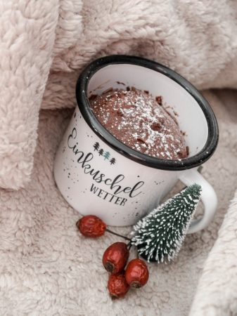 Schoko-Tassenkuchen in Emailletasse, Rezept und Geschenkidee zu Weihnachten | marygoesround®