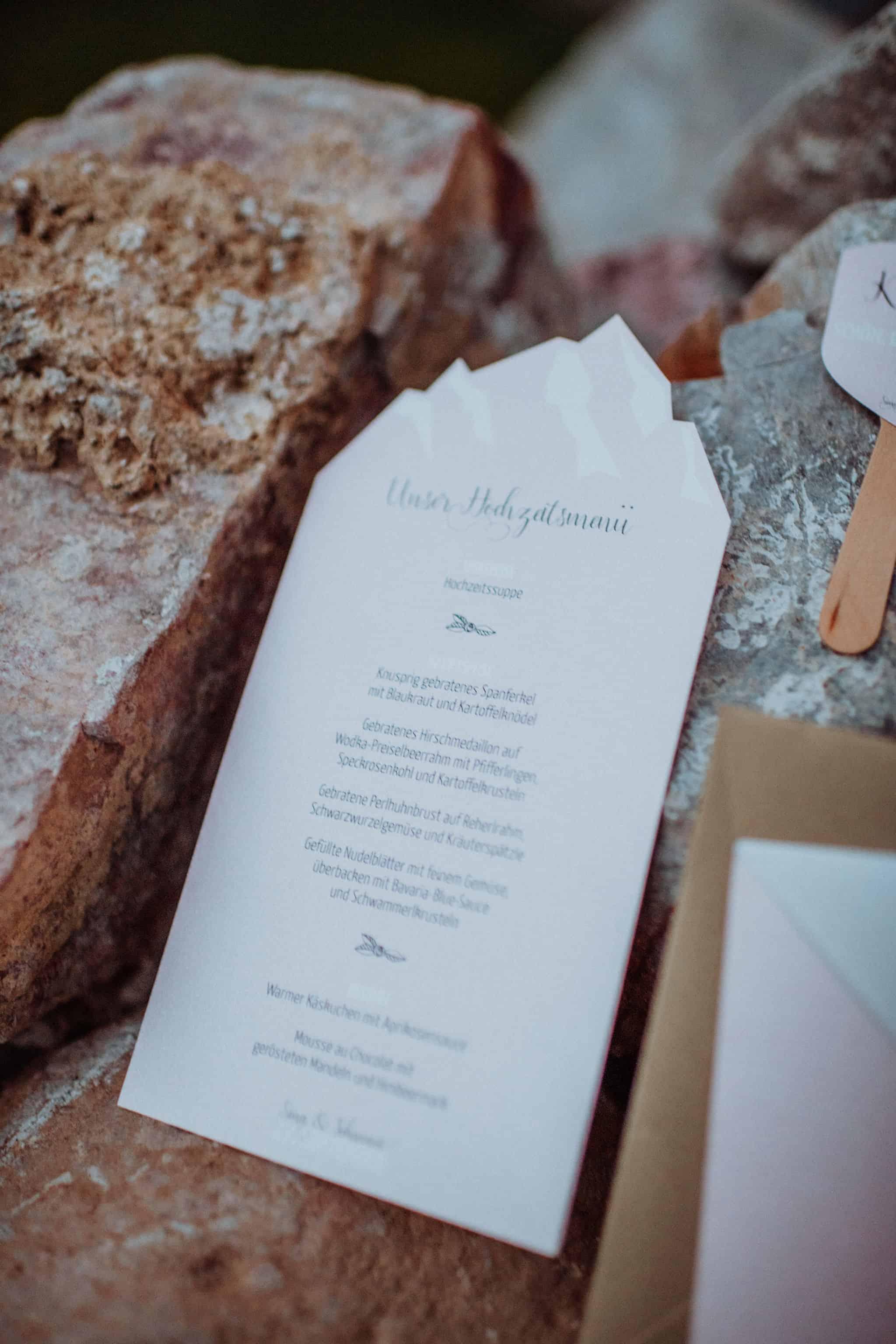 Hochzeitsinspiration Alpenglanz - Heiraten in den Bergen: Menükarte mit Bergsilhouette